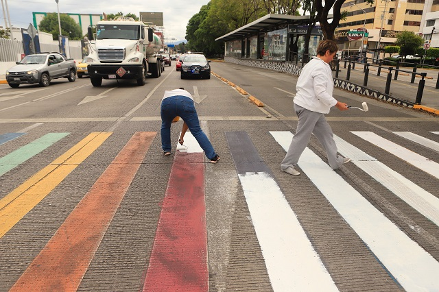 Blanquean paso peatonal al que Rivera puso colores
