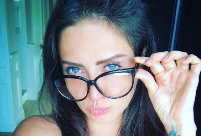 Borran topless de Celia Lora y ella publica foto desnuda en Instagram