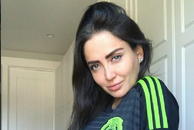 Celia Lora apoya al Tri con sexy foto en lencería y playera de Carlos Vela