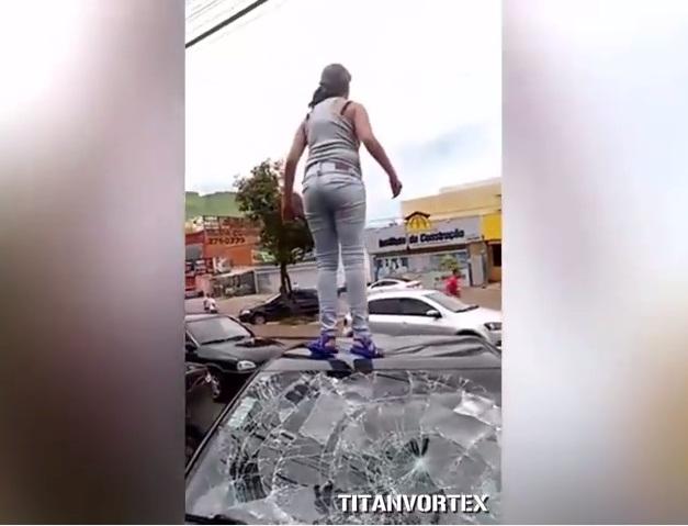 Mujer embarazada destruye el auto de su marido infiel