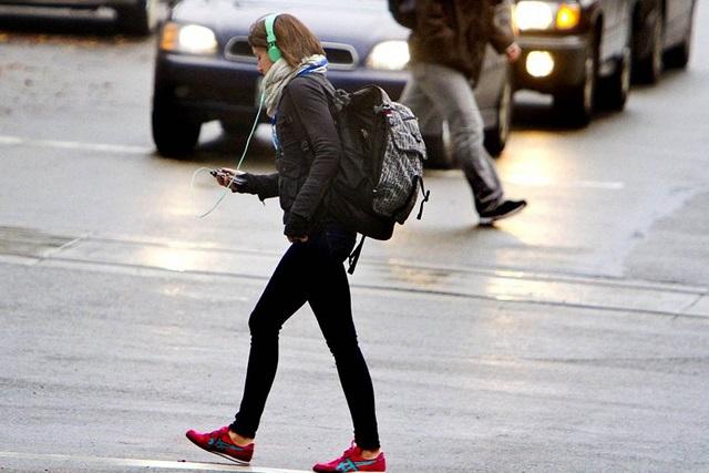 Usar celular mientras caminas pone en riesgo tu vida