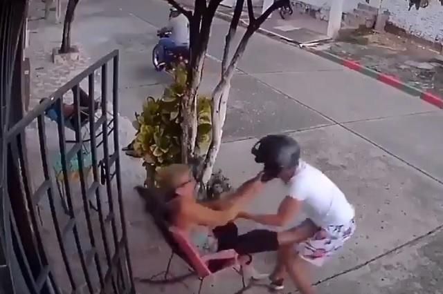 Le da tremenda golpiza por querer robarle su celular
