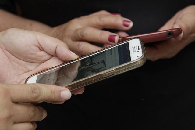 Castigan a menor adicto al celular y demanda a su padre por explotación infantil