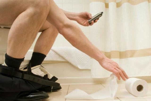 Alertan sobre los riesgos de usar el celular en el baño