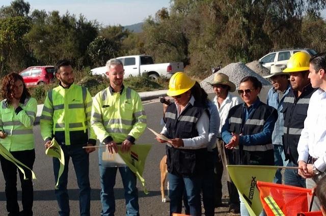Cemex dona cemento para construir banquetas en Cuautinchán