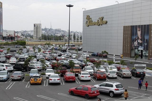 Regidores, por estacionamiento gratuito en plazas comerciales