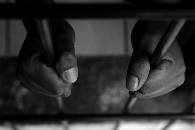 Hombre desnudo que acosaba mujeres es detenido