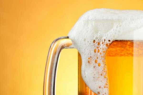 Una explicación científica de por qué se desborda la cerveza