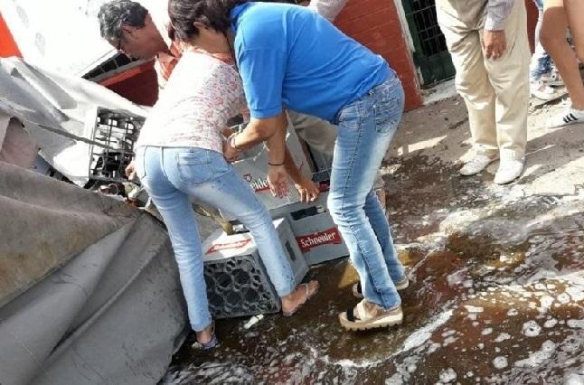 Vuelca camión de cervezas y personas se apuran a llevarse lo que puedan