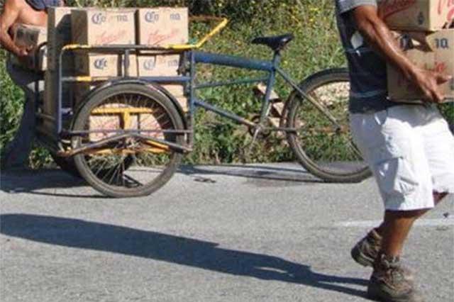 Camión cargado de cerveza sufre volcadura y automovilistas lo saquean