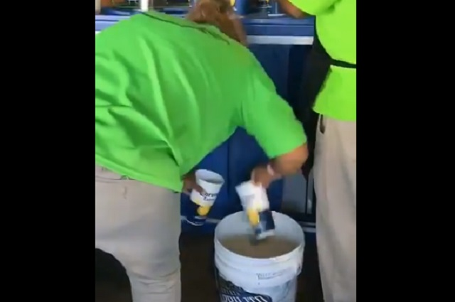 Con Video denuncian que sirven cerveza de un bote en estadio de Santos