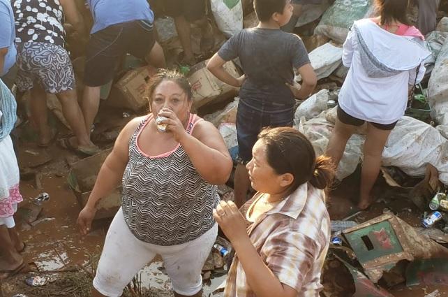 Vuelca camión de cerveza y pobladores de Campeche lo saquean