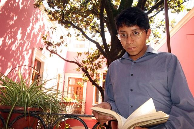 El escritor poblano César Bringas gana Premio Nacional de Literatura Joven