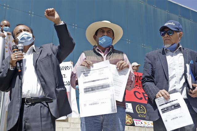 Se manifiestan en CFE de Puebla por altos costos en tarifas