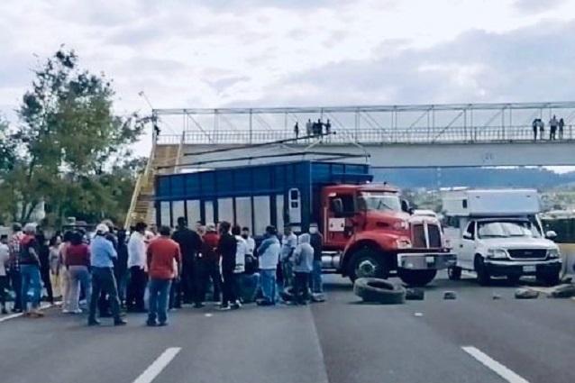 Inconformes con elección bloquean autopista