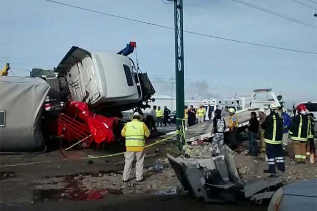 Tráiler aplasta camioneta y deja 6 muertos y 5 heridos en Chachapa