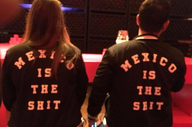 Video: Sacan a pareja de restaurante por lo que decían sus chamarras