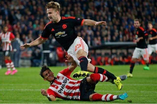 Héctor Moreno fractura a rival en partido entre el PSV y el ManU