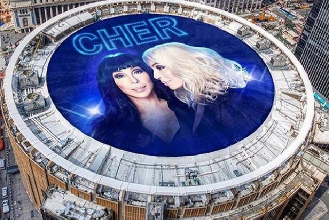 Cher exige despidan a periodista que se burló de Joaquin Phoenix