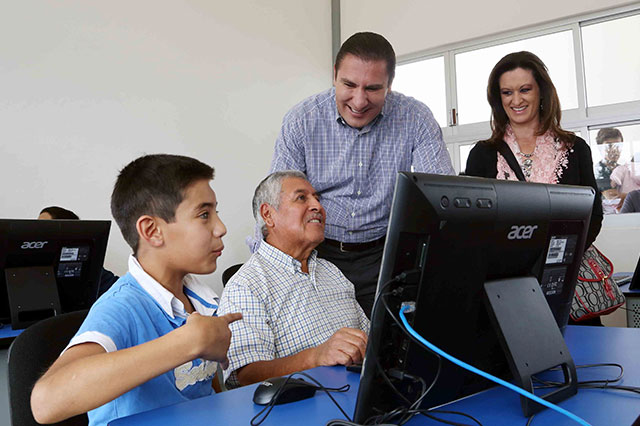 Entrega RMV apoyos en salud, educación y campo en Chiautzingo