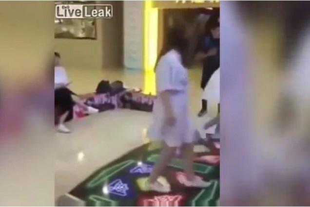 Chica vive vergonzoso momento al tirar juguete sexual