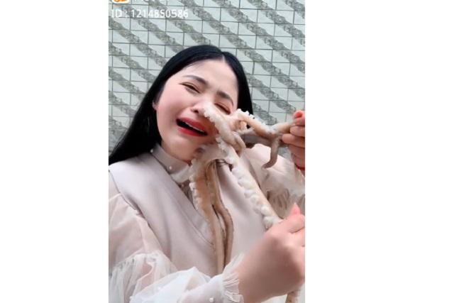 Chica quiso comerse un pulpo vivo y terminó gritando de dolor