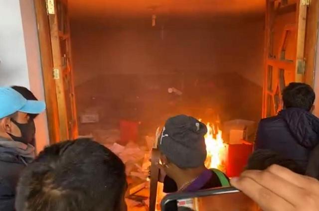 Queman alcaldía por supuesta privatización del agua en Chignautla