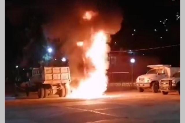 Incendian patrulla y volteo por mal gobierno en Chila de las Flores