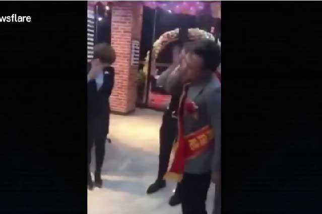 Obligan a trabajadores en China a golpearse por no cumplir meta laboral