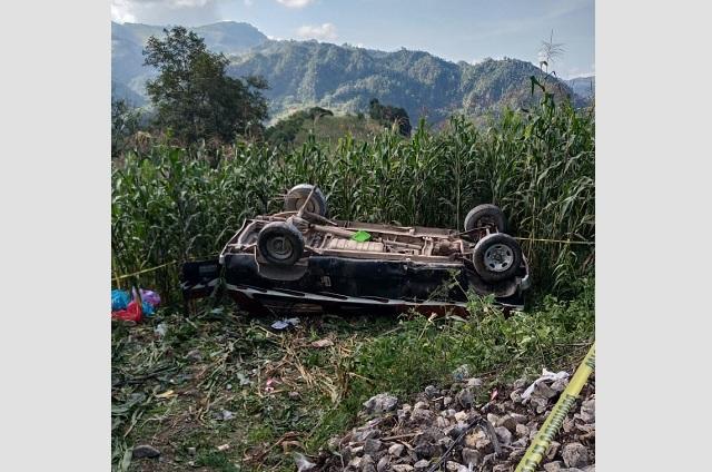 Camioneta vuelca y cae a barranco en Chiconcuautla; mueren dos