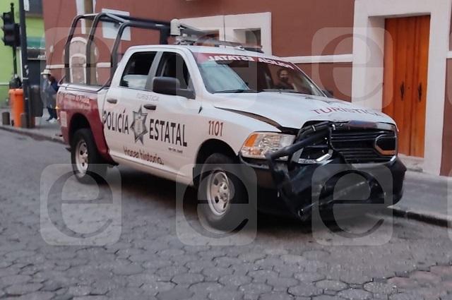 Chocan dos patrullas estatales en el centro histórico de Puebla