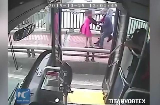 Chofer de camión evita que una mujer se suicide