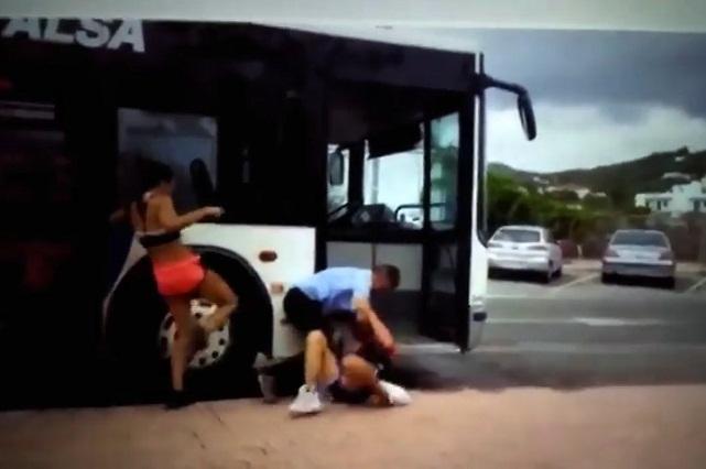 Video: pareja agrede a chofer y ella le da patada ¿prohibida?