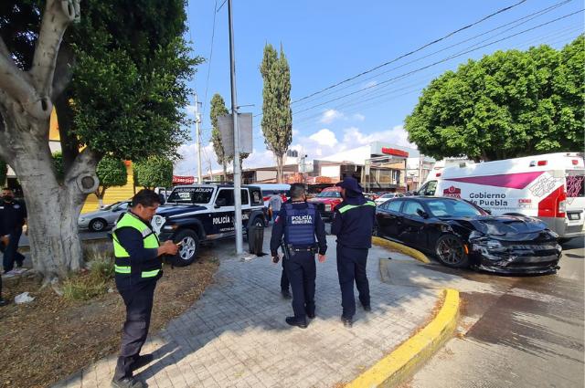 Patrulla del municipio choca con auto de lujo en Anzures; hubo 4 heridos