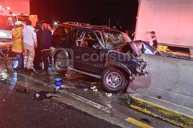 Camioneta con familia choca contra muro en la México-Puebla