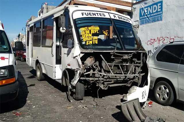 Choque de particular y transporte público deja un herido