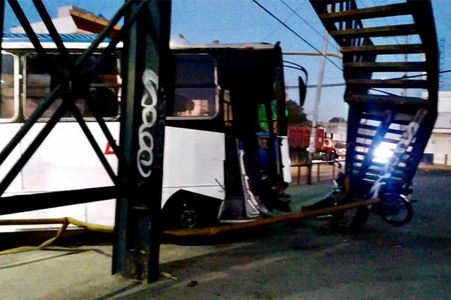 Tráiler pega a microbús y éste destroza un puente peatonal