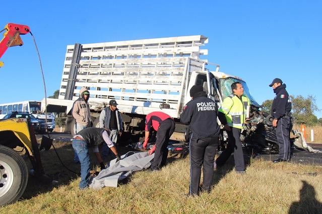Chocan de frente 2 camiones en la Amozoc-Perote; hay 1 muerto