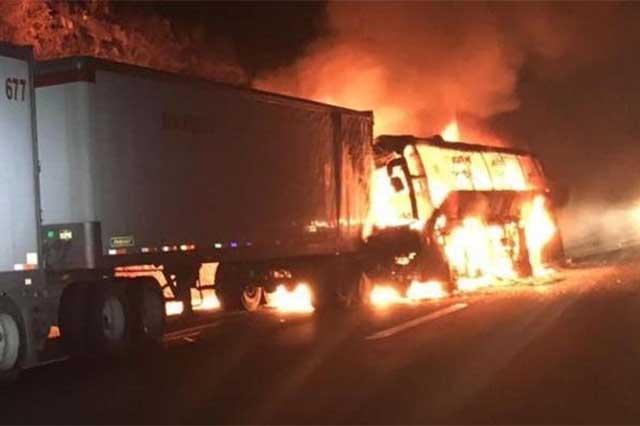 En choque en la México-Puebla se incendia autobús; hay 31 heridos