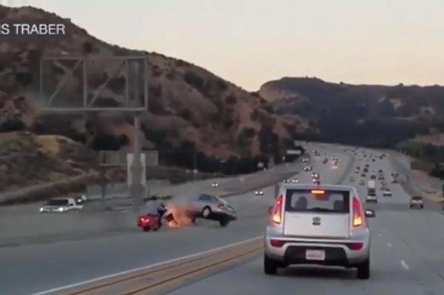 Motociclista patea un auto y desencadena aparatoso accidente