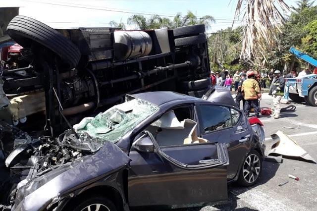 Chocan cinco vehículos en el corredor gastronómico en Atlixco