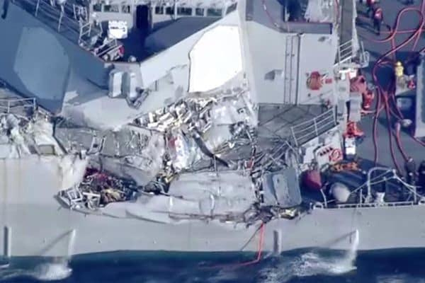 Chocan en el sur de Japón un destructor de EU y un buque filipino