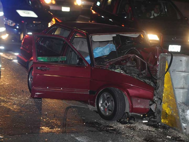 Choque de auto contra base de concreto en Periférico deja saldo de 2 muertos
