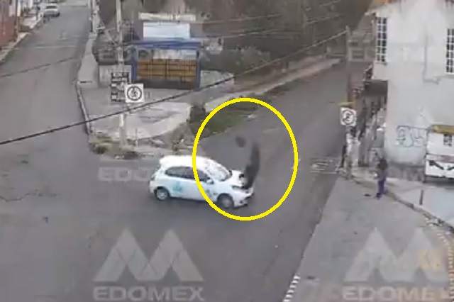 Choque entre moto y taxi arroja a conductor por los aires