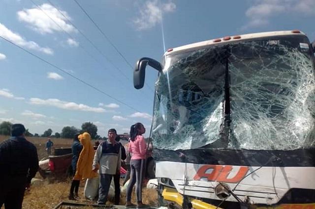 Camioneta de fertilizantes choca contra AU en Tepeaca