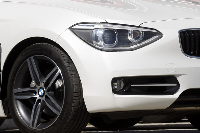 Mujer pelea su esposo y en su enojo choca su BMW contra costosos autos