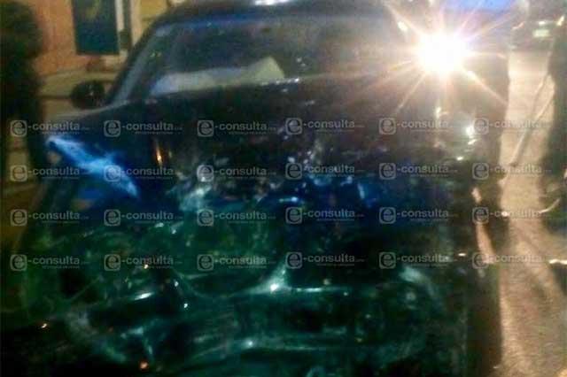 Ebrio choca contra taxi y al huir se estrella en unidad de RUTA