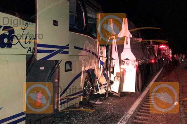 Choque entre camión y tráiler deja saldo de 1 muerto y 33 heridos