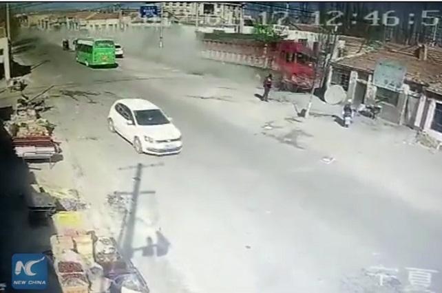 VIDEO VIRAL Choque mortal: Camión destroza casas y mata a cinco
