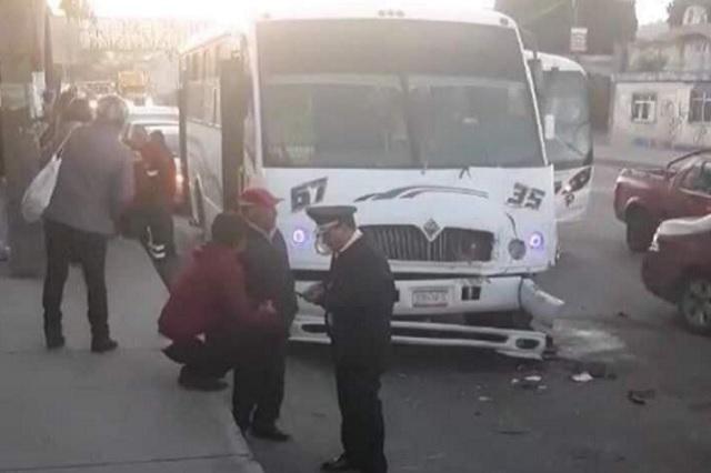 Chocan camiones por pelearse el pasaje en la Puebla-Tehuacán